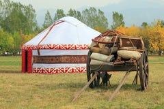 Vieux chariot de boeuf avec la tente du nomade sur un fond les dix Photos stock