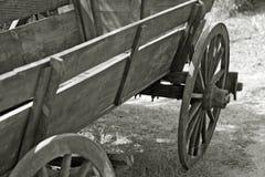 Vieux chariot de ferme en noir et blanc Photos libres de droits