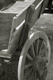 Vieux chariot de ferme en noir et blanc Photographie stock