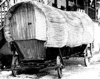 Vieux chariot de gitan d'inclinaison photo libre de droits