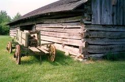 Vieux chariot de grange et de ferme de logarithme naturel photographie stock libre de droits