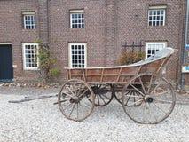 Vieux chariot devant le bâtiment de château photos stock