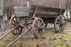 Vieux chariot en bois traditionnel abandonné à une ferme photos stock