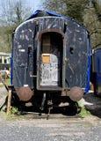 Vieux chariot ferroviaire hors d'usage avec les pare-chocs et l'accouplement photographie stock libre de droits