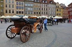Vieux chariot hippomobile dans la place du marché de Varsovie photos libres de droits