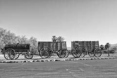 Vieux chariot occidental loin sauvage de bande Photographie stock libre de droits