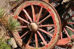 Vieux chariot parmi des cactus Image libre de droits