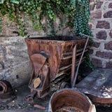 Vieux chariot rouillé d'exploitation Images stock