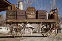 Vieux chariot sur la plate-forme de chemin de fer photographie stock