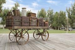 Vieux chariot sur la plate-forme de chemin de fer photographie stock libre de droits