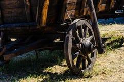 Vieux chariot sur une terre Images libres de droits