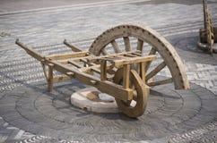 Vieux chariot Un-à roues en bois Image libre de droits