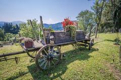 Vieux chariot utilisé comme décoration images stock