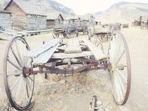 Vieux chariots en bois dans une ville fantôme, Cody, Wyoming, Etats-Unis Images stock