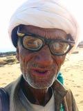 Vieux charmeur de serpent sur la plage dans la Karachi, Pakistan Photos libres de droits