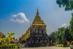 Vieux chedi d'éléphant avec la pagoda supérieure d'or chez Wat Chiang Man ou Wat Chiang Mun, le temple le plus ancien en Chiang M photographie stock