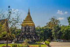 Vieux chedi d'éléphant avec la pagoda supérieure d'or chez Wat Chiang Man ou Wat Chiang Mun, le temple le plus ancien en Chiang M images stock