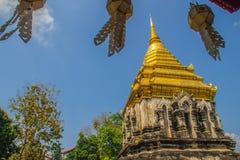 Vieux chedi d'éléphant avec la pagoda supérieure d'or chez Wat Chiang Man ou Wat Chiang Mun, le temple le plus ancien en Chiang M photos stock