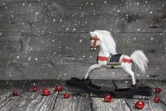 Vieux cheval en bois - décoration chic minable de Noël - fond Photographie stock libre de droits
