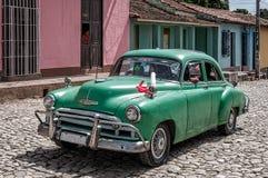 Vieux Chevrolet vert sur les rues colorées Trinidad, Cuba Image stock