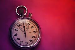 Vieux chronomètre d'isolement sur la vue supérieure de fond lumineux de papier image stock