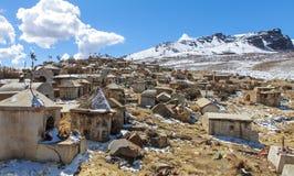 Vieux cimetière au pied de la montagne Photo libre de droits