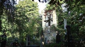 Vieux cimetière avec la crypte, croix, statues clips vidéos