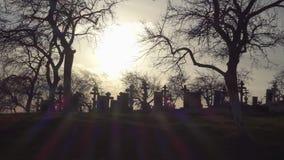 Vieux cimetière avec les croix antiques au coucher du soleil Cimetière effrayant banque de vidéos