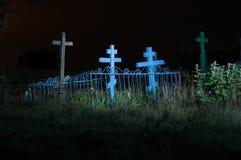 Vieux cimetière dans le domaine la nuit Photographie stock libre de droits