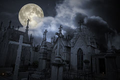 Vieux cimetière dans une nuit de pleine lune Images libres de droits