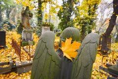 Vieux cimetière en automne images stock