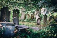 Vieux cimetière juif historique à Wroclaw, Pologne Fond pour la conception et le texte de Halloween photos stock