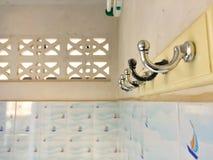 Vieux cintre attaché du ruban adhésif sur le mur cru images stock