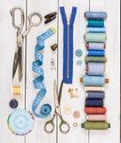 Vieux ciseaux, boutons, fils, bande de mesure et suppli de couture Photographie stock
