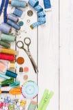 Vieux ciseaux, boutons, fils, bande de mesure et suppli de couture Photographie stock libre de droits