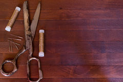 Vieux ciseaux, cotons et aiguilles Image libre de droits