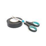 Vieux ciseaux de plan rapproché avec la bande collante noire d'isolement sur le fond blanc Image stock