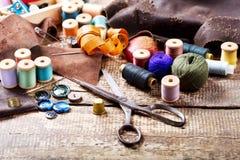 Vieux ciseaux, divers fils et outils de couture Photo stock