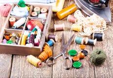 Vieux ciseaux, divers fils, fer et outils de couture Photographie stock