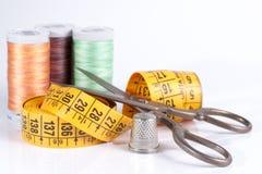 Vieux ciseaux en métal, tailleur Tape Measure, dé en métal et Sewin Photo stock