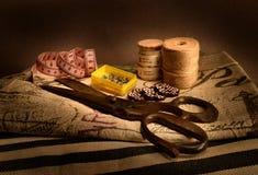 Vieux ciseaux toujours de la vie sur des tissus de vintage Photos libres de droits