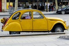 Vieux Citroen jaune 2CV Photo stock