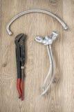 Vieux clé et robinet de tuyauterie sur le fond en bois images libres de droits
