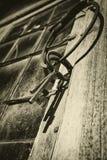 Vieux clés et anneau antiques contre la fenêtre plombée Image libre de droits