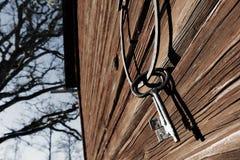 Vieux clés et anneau antiques contre le vieux mur de barde Photographie stock libre de droits