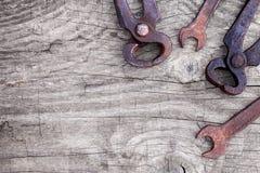 Vieux clés et outils utilisés Photos stock