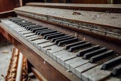Vieux clavier de piano abandonné Fermez-vous vers le haut de la vue Photos stock