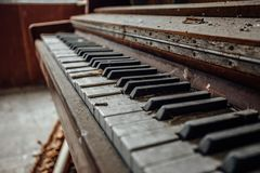 Vieux clavier de piano abandonné Fermez-vous vers le haut de la vue Photos libres de droits