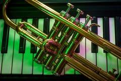 Vieux clavier de piano de trompette photo stock