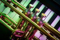 Vieux clavier de piano de trompette images libres de droits